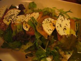 モッツァレラチーズと野菜のサラダ.JPG